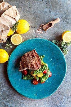 Stek z tuńczyka/ ziemniaki parisienne/ liście szpinaku/ pomidorki cherry/ oliwa cytrynowa