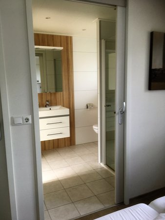 Droompark Bad Hoophuizen: The bathroom from the main bedroom.