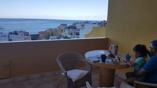 Terraza con vistes al mar y desayuno en família.