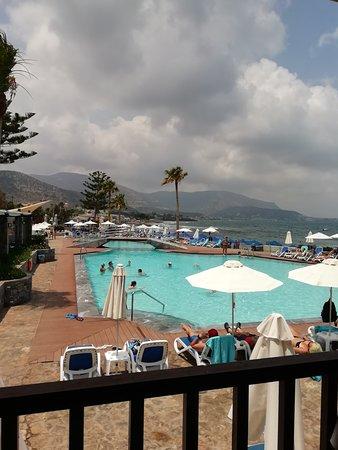 Dessole Malia Beach Hotel: vyhlad z taverny na bazen so slanou vodou