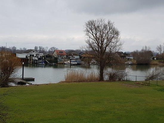 Veen, Paesi Bassi: Of gewoon om op de dijk te fietsen met de mooie waterkant waar je langs fietst