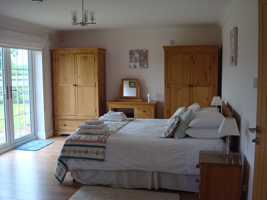 Hertfordshire, UK: Spacious Ensuite Rooms with large Bathroom with Jacuzzi Bath and Shower Over.  Own Entrance and Patio.