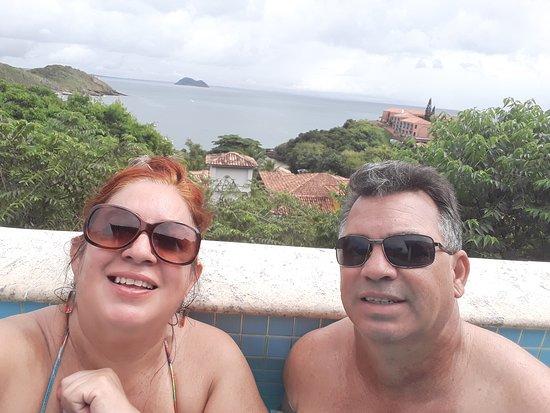 Nós na piscina com essa vista maravilhosa