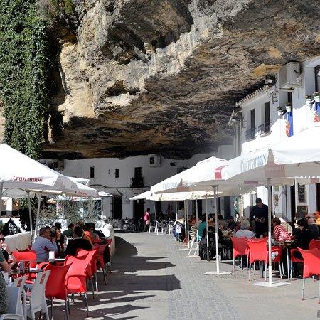 Setenil de las Bodegas, uno de los pueblos blancos andaluces más bonitos, con sus casas cuevas.