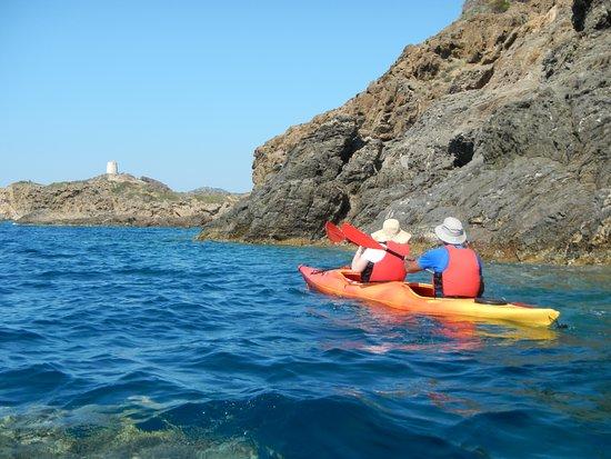 Demi-journée de kayak de mer, plongée en apnée, grottes et plages secrètes : Approaching Torre di Chia