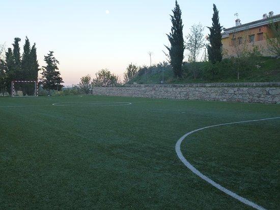 Inazares, สเปน: Un campo de fútbol para los más pequeños y no tan pequeños