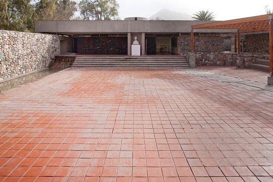 Patio de acceso del Museo gabriela Mistral de Vicuña, emplazado junto al sitio natal de la poeta e intelectual chilena, ganadora del Premio Nobel de Literatura ejn 1945.