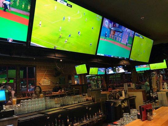 Twin Peaks Arden Arcade: TVs around bar and dining area