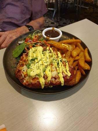 Hotel Maroochydore: PARMIGIANA DELUXE - huge meal and the chips were so yummy...