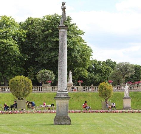 Statue David vainqueur de Goliath: Oh que c'est beau et celle-ci est située dans un des endroits les plus jolies du jardin du Luxembourg. Cette statue est vraiment mise en valeur grâce à une colonne même si j'ai du mal à en apercevoir les détails.  