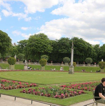 Statue David vainqueur de Goliath: Cette colonne est vraiment une très bonne idée pour décorer un jardin et de plus la demi-lune de fleurs est jolie, c'est superbe et c'est l'idéal pour prendre de jolies photos