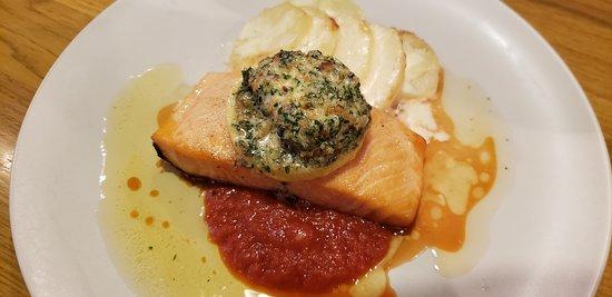 Charcoal cuisine Spanish bar Mon‐Rico: サーモンのソテー