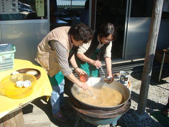 Oshika-mura, Japonia: Gigantic cauldron of miso soup