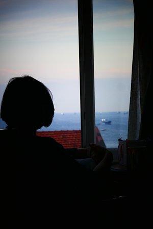 창문으로 바다가 보입니다.