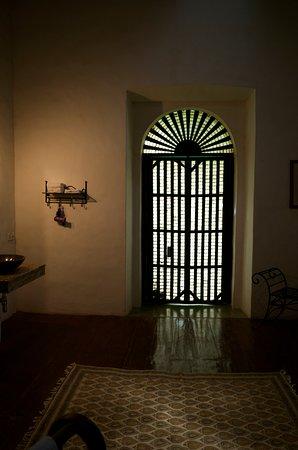 ガバナーズスィートの浴室(バスルーム)の窓は牡蠣殻をガラス代わりに使った伝統的な窓でした。