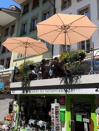Terrasse von unten her mit den beiden gut sichtbaren Sonnenschirmen für die ganz heisse Zeit