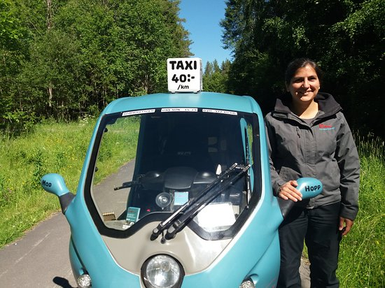 ‪‪Umeå‬, السويد: The pod-taxi with it's owner and driver Hanna.‬