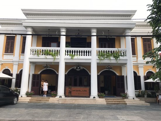 Hoian Central Hotel: Lovely local hotel run by wonderful people in Hoi An. The hotel has large rooms very well appointed and great furniture. Lovely pool to cool down and wonderful breakfast. It is at the entry of the old town. Lovely staff including the wonderful Chloe! Will be back !