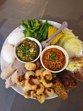 """ร้านอาหารพื้นเมืองขึ้นชื่อ """"ต๋องเต็มโต๊ะ"""" อร่อยแท้ อร่อยจริง โดยเจ้าของร้านชาวเชียงใหม่ มากความใส่ใจ"""