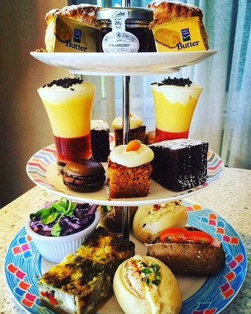 Traditional afternoon tea, served with two Cupcakes!