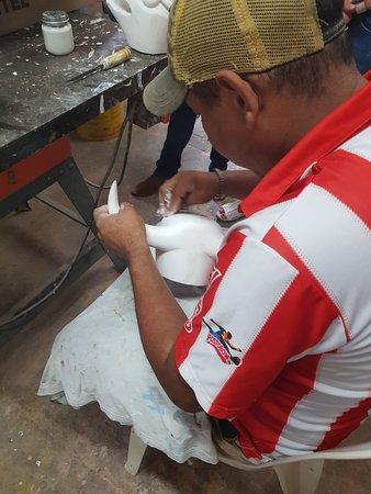 Atlantico Department, Kolumbia: A 25 minutos de la capital del departamento del Atlántico, un grupo de artesanos elabora elementos típicos de la fiesta más importante de Colombia: el Carnaval de Barranquilla
