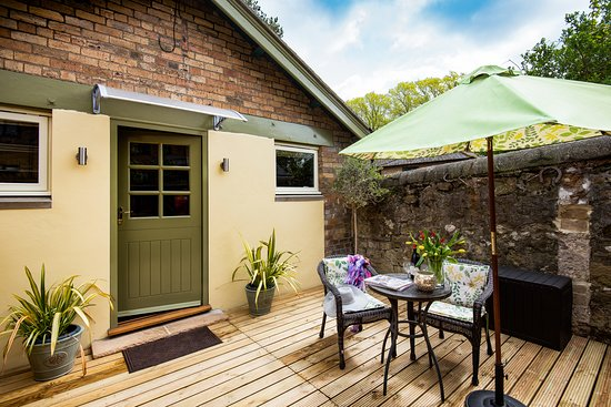 TACK ROOM TERRACE-Ideal for a glass of wine before strolling into Alnwick for a meal at one of a range of restaurants whether it be ,Italian, Cantonise, India, Thai, or English.