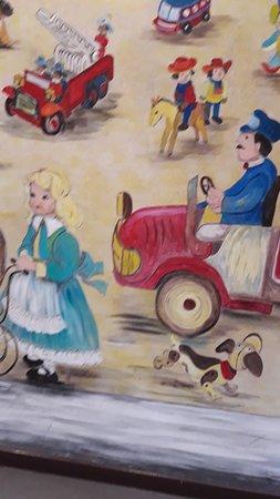 בכניסה ציור קיר שמזכיר ציור מוכר מספרי הילדות