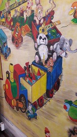 ציור מהקיר שבכניסה למוזיאון