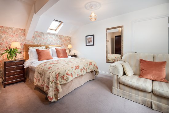 GROOMS LOFT- King-size bed in comfortable surroundings with two seater sofa to watch the flat screen tv or read a book