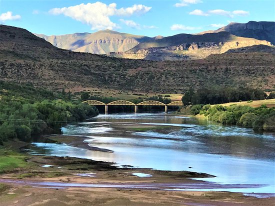 Quthing, Лесото: Seaka Bridge is one of the iconic places in Lesotho. The bridge is a colonial legacy. It was manufactured in Worcester, England and erected at Commissioner drift, over Mohokare River in 1882, having been brought up from the coast on ox wagon and re-erected at Seaka with the help of a grant from the United Kingdom Colonial Development and Welfare Fund. It was officiated and opened on the 12th December 1959.