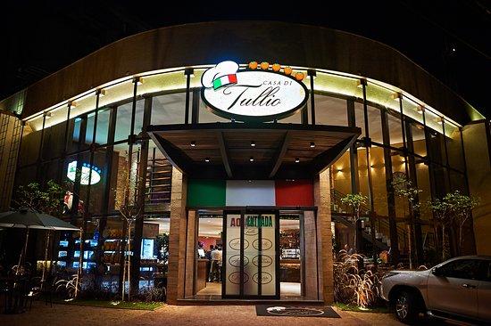 A Casa Di Tullio é um empório gourmet que comercializa os produtos utilizados nas preparações dos pratos dos restaurantes Ancho, Amici Ristorante e Bello Trattoria. Destaque para as Massas e molhos frescos, gelatos, pães de fermentação natural e as carnes.