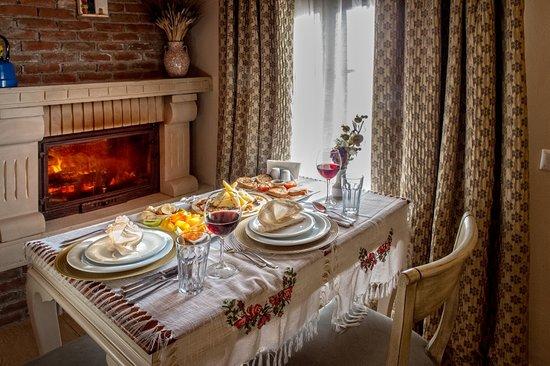 Deluxe odada şömine başı romantik yemek