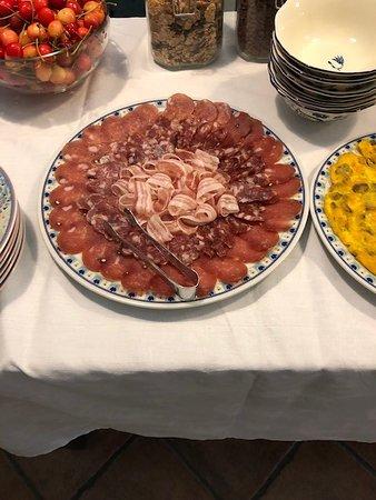 B&B Piana La Gatta: Yummy meat plate at breakfast