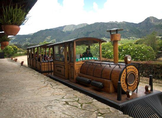 Sesquile, Kolumbia: Hermoso y rústico tren en el que realizarán un paseo por el parque, admirarán el bello paisaje de esta región y apreciarán el cerro de las tres viejas de donde se divisa el perfil del Indio Macanú a quien hace alusión el nombre del Parque