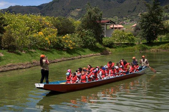 Sesquile, Kolumbia: Paseo en Chalupa, divertida experiencia para que niños, jóvenes y adultos disfruten de un recorrido en nuestro hermoso lago.