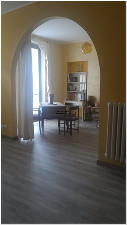 Turín, Italia: Disponibile Camera con balcone dotata di letto matrimoniale ad uso singolo. - Tel. 388.42 91 162 - Visita il mio BLOG per info dettagliate 🤫 http://incasaconco.blogspot.com/2018/08/east-room-in-casa-con-co-torino-affitta.html  Zona Campidoglio/ Corso Svizzera - Bagno in condivisione, No uso cucina, e non viene fornito il servizio breakfast, ma sono a disposizione degli ospiti macchina del caffè, bollitore, mini-frigo e tostapane e sono forniti piccoli generi di comfort per la prima colazione).