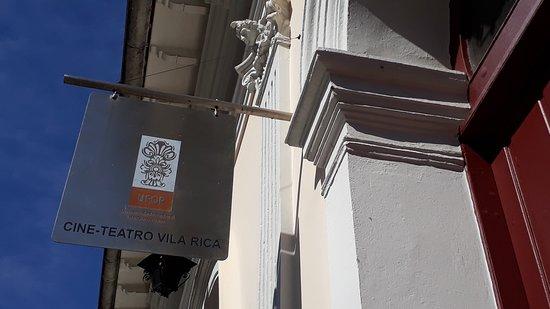 A placa do Cine-Teatro Vila Rica na Praça Reinaldo Alves de Brito, conhecida como Largo do Cinema