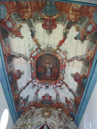 Essa pintura fica no altar o afresco, assim como todo o teto da igreja, são obras do artista Joaquim José da Natividade, discípulo do Mestre Ataíde e expoente da pintura rococó. Destacam-se também na nave as capelas com as imagens do Sr. Bom Jesus da Cana Verde (à esquerda) e de N. S. das Dores (à direita).