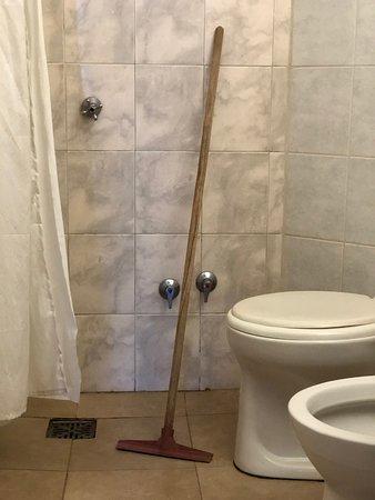 La ducha casi sobre el inodoro.