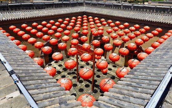 Sanmenxia, الصين: 「見樹不見村,進村不見房,入戶不見門,聞聲不見人」是陜州地坑獨特的建築特色。 和幼時讀書陝西窰洞的「人家半鑿山腰住,車馬多從屋頂過」大異其趣。 向下挖坑,四壁鑿洞,與大自然融為一體,院上院下綠樹成蔭,窰內窰外,收放自如,曲徑通幽,自成一格,故有地下四合院之稱,擁有四千年的歷史,堪稱人類穴居文明史上的活化石。 加入小虎食夢網line@生活圈:@foodtiger,美食,旅遊資訊不漏勾。 小虎食夢網ig:rabbit38844 #河南老家 #陝州