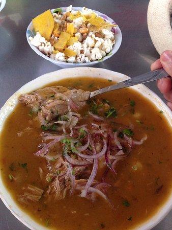الإكوادور: Encebollado é um prato nacional e originário do Equador. É uma sopa-refeição servida ao almoço, à base de atum fresco ou albacora, legumes, muita cebola roxa e coentros. É acompanhada com pipocas salgadas ou banana frita que se põe na sopa. Muito popular nos mercados costeiros ou do interior, é saborosíssima e consumida por miúdos e graúdos. Comi imensas e gostei de todas!