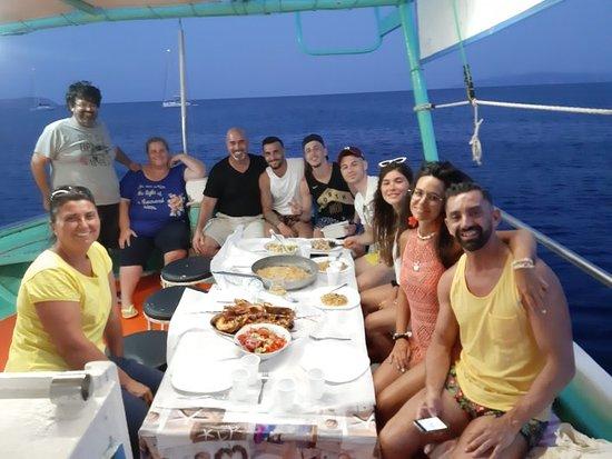 Fishing Tourism Kefalonia Michalis: Grazie a tutti del bellissimo pomeriggio e grandiosa cena che ci avete preparato con il vostro pescato. Splendida esperienza che consigliamo