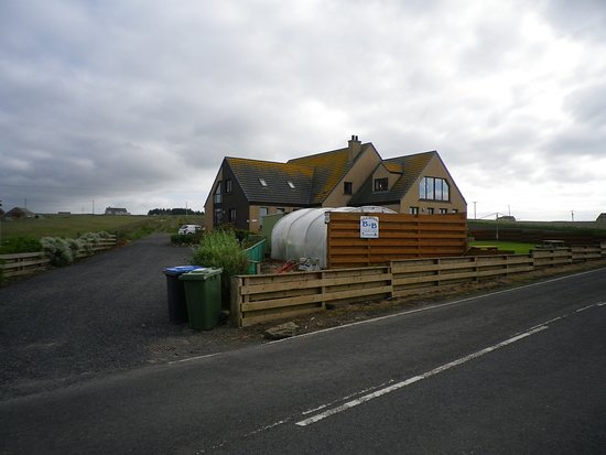 Gills, UK: A view of Teuchters B&B on the main road from John O'Groats to Thurso.  PS It was bin collection day!