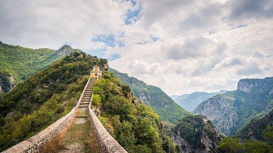 Faire un crochet par Notre Dame de la Menour  : une chapelle atypique puisqu'elle est construite sur une petite butte à 780m d'altitude et reliée à la route par des escaliers classés monument historique !