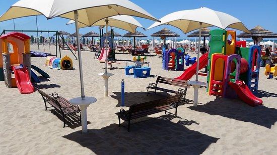 Villaggio Club Albatros: Spiaggia con giochi.