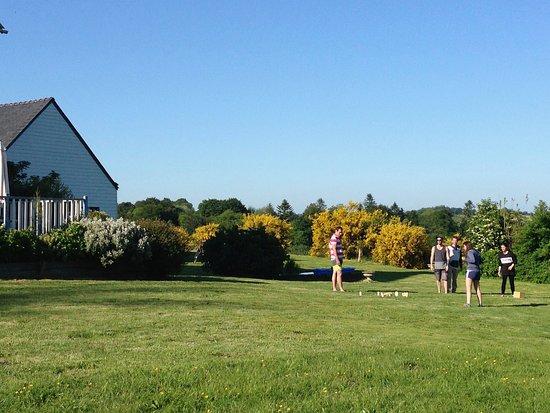 Ploerdut, Francie: Une vaste pelouse pour tous les jeux de ballon, de palets ou de quilles !