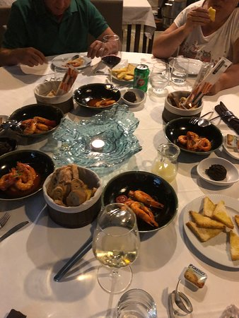Entrada de mariscos y los cortes de carne en muy buena porción y flojos los acompañamientos. La ensaladas bien proporcionadas , falto aderezo . Pero la comida llegó a tiempo y la ayuda con carta de vinos fue excelente . Ayudando a deshuesar el pescado y los langostinos..la atención fue muy buena en general yo estoy muy satisfecha . Lo Recomiendo y la torta porciones muy ricas y el chef estupendo los langostinos en su tiempo.para mi delicioso. Volveremos