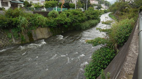 ホテル前の松川