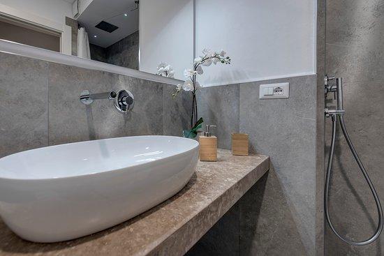 Soggiorno Alessandra: bagno a doccia con cromo terapy