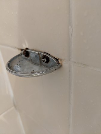 The Ferry Boat Inn: Shelf missing from shower cubicle